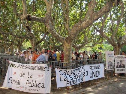 Unas 80 personas exigen ante el Parlament la comparecencia de Boi Ruiz por los recortes