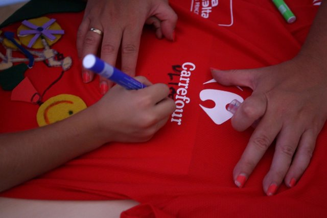 Niños decoran una camiseta en un taller de Carrefour