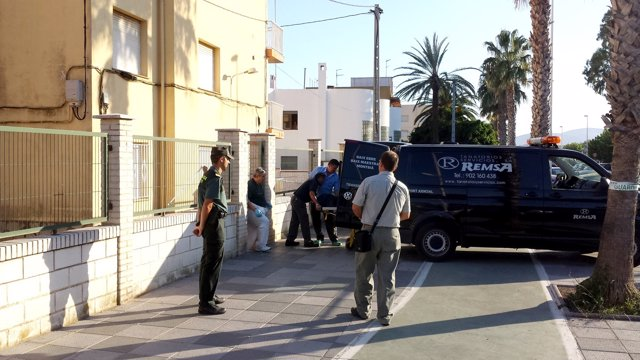 La Guardia Civil custodia la retirada del cadáver