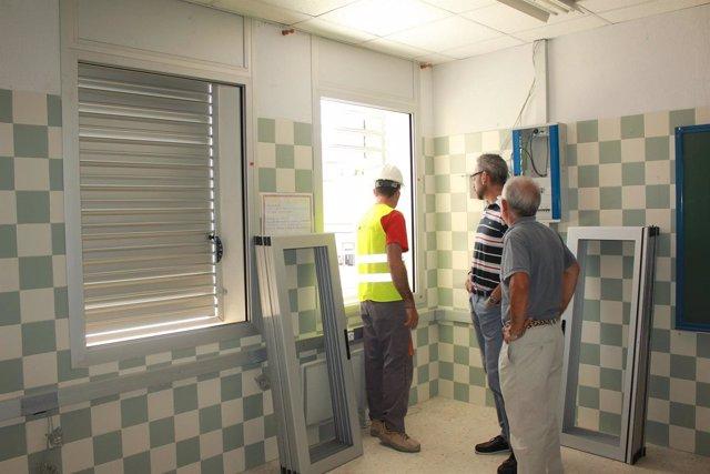 El alcalde de Ayamonte visita las obras en un centro educativo de la localidad.