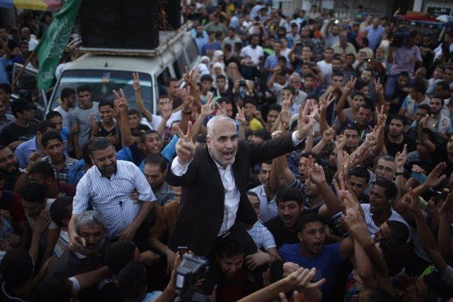 El portavoz de Hamás, Fawzi Barhoum, celebrando el alto el fuego