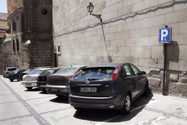 Coches, coches aparcados, señal minusválidos