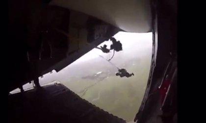 Tensas escenas de un paracaidista colgado y arrastrado por un avión