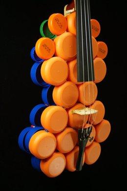 Instrumento Hecho Con Tapones De Plástico