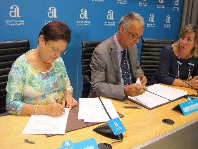 Luisa Pastor y Agustín Navarro firman el convenio ante la mirada de Gema Amor