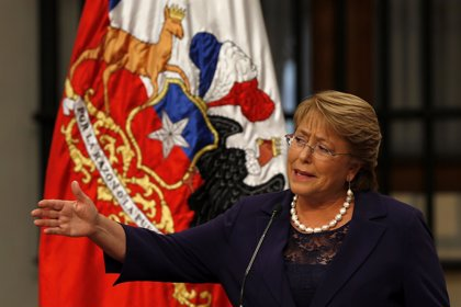 Bachelet afirma que la economía se normalizará en 2016 en Chile