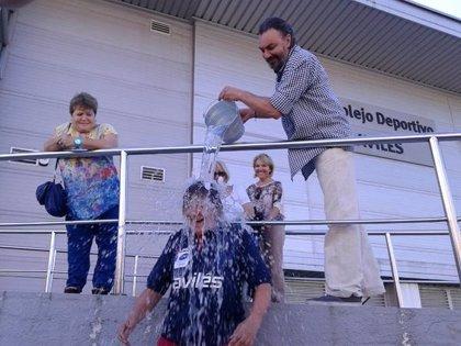 La alcaldesa de Avilés cumple el Ice Bucket Challenge y reta al resto de la corporación
