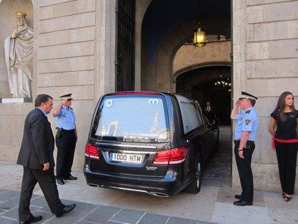 El féretro de Peret llega al Ayuntamiento de Barcelona