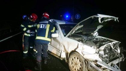 Bomberos del 112 excarcelan a un hombre tras chocar su vehículo con un camión en la A8