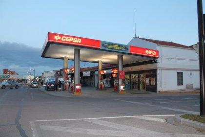 (Amp.) Gasolina y gasóleo se abaratan un 0,5% coincidiendo con la operación retorno de agosto