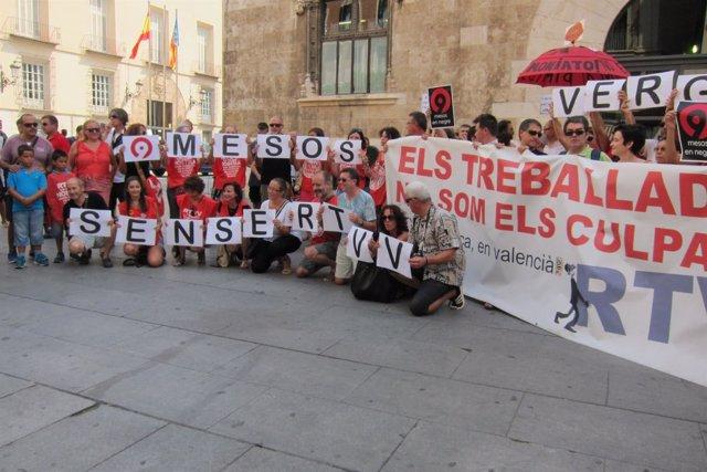Protesta de extrabajadores de RTVV ante el Palau de la Generalitat