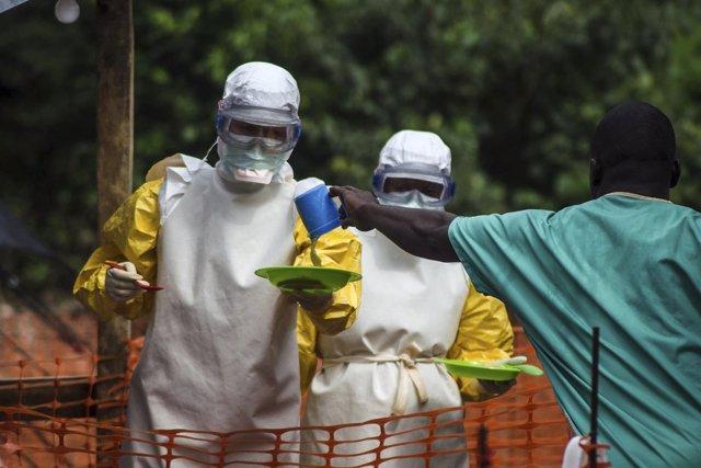 Cuerpo médico prepara comida para pacientes del ébola