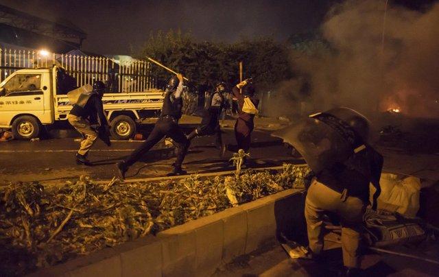 Enfrentamientos entre policías y manifestantes de la oposición en Islamabad