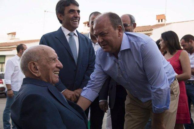 José Antonio Monago saluda al ganadero Victorino Martín