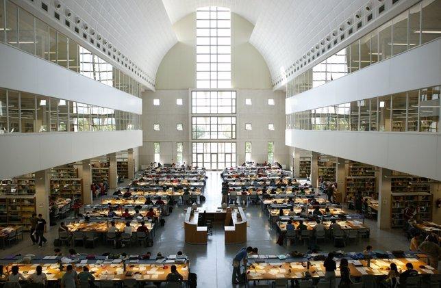 Estudiantes En La Biblioteca De La UPNA.