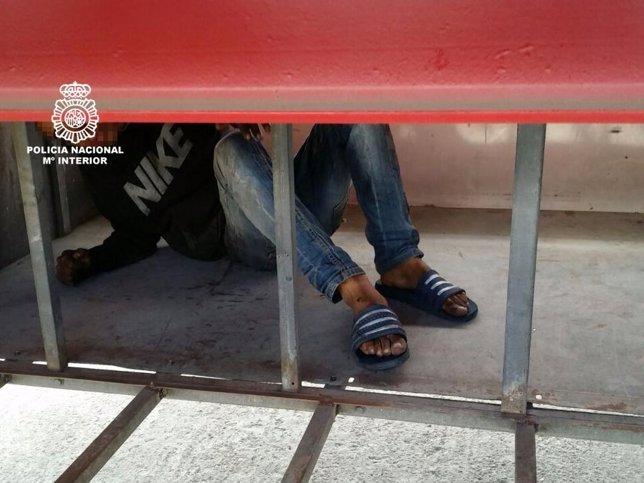 Joven inmigrante rescatado de los bajos de un camión en Motril (Granada)
