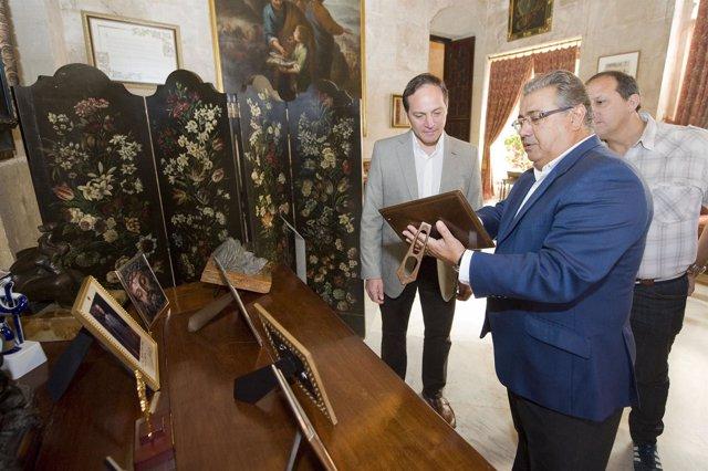 El alcalde de Sevilla junto al secretario de deporte Argentina