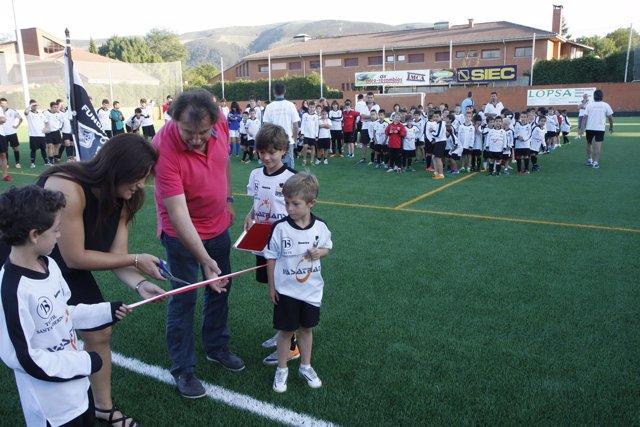 Francisco Rodríguez inaugura la nueva pavimentación de hierba artificial
