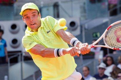 Bautista salva el domingo de la 'Armada' y se medirá con Federer en octavos