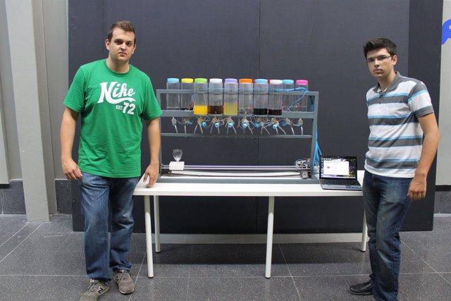 Los alumnos con el robot que prepara cócteles