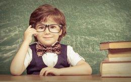 Niño inteligente en el colegio