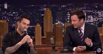 Adam Levine imita a Frank Sinatra, Michael Jackson y Eddie Vedder