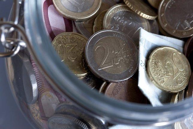 Hucha con billetes y monedas