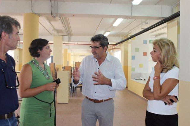 Gutiérrez Limones y la concejal de Educación, a la derecha, visitaron el centro.