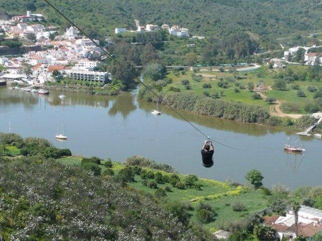 Tirolina de Sanlúcar de Guadiana (Huelva) que cruza el río hacia Portugal.
