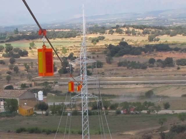 Endesa instala balizas reflectantes para evitar la colisión de aves