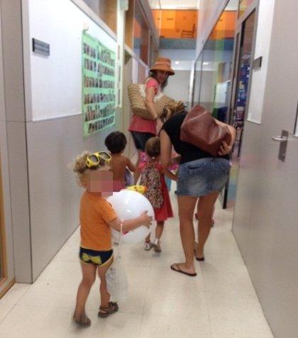 Alumnos de un colegio de Valencia acuden a clase con bañador y toalla