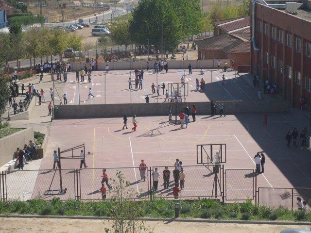 Niños en el patio de un colegio