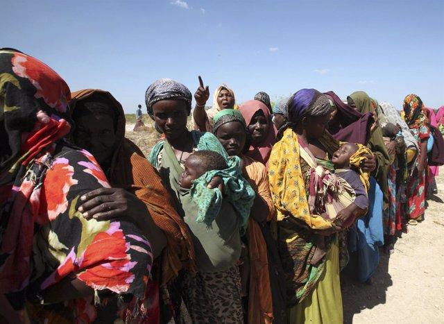 Mujeres desplazadas somalíes esperan recibir ayuda