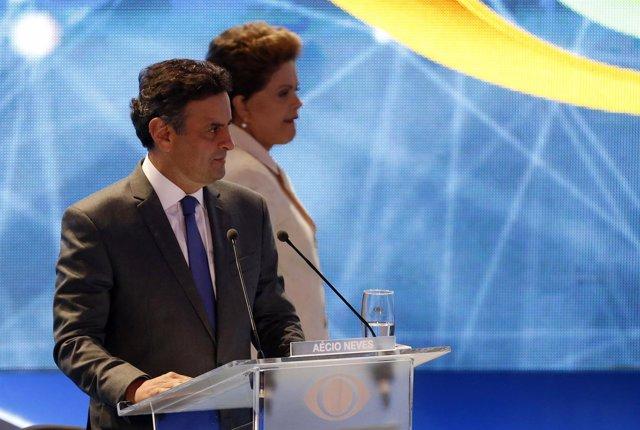 El candidato presidencial  Aecio Nevest junto a  Dilma Roussef