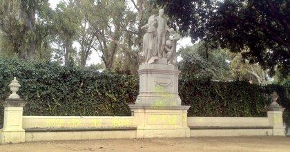 El Ayuntamiento limpia las pintadas de las estatuas de la glorieta de Covadonga