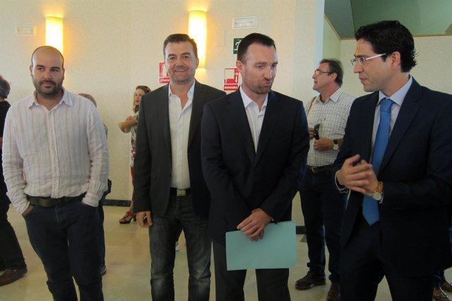Antonio Maíllo, segundo por la izquierda, antes de ofrecer su confererncia.