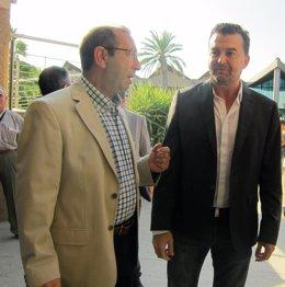 Antonio Maíllo (d), junto a Juan Antonio Sáez, a su llegada al desayuno.