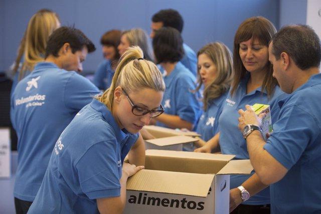 Voluntarios de la Caixa empaquetan alimentos