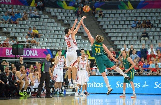 Preldzic anota uno de los triples claves en el Turquía-Australia