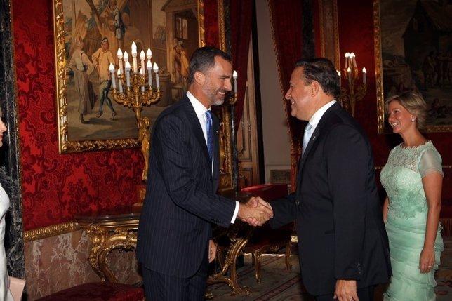El Rey Felipe Vi saludando al presidente de Panamá, Juan Carlos Varela