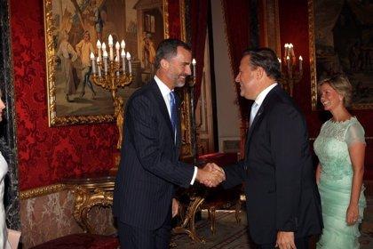 """El Rey transmite a Varela el """"gran honor"""" que supone para España participar en la ampliación del Canal"""