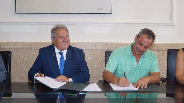 El presidente de la Diputación de firma un convenio con el alcalde de Montesa.