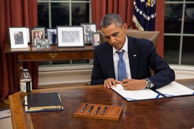 El presidente de EEUU, Barack Obama, firmando una ley en la Casa Blanca.
