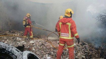 Arde un almacén de neumáticos en Riba-roja y el fuego, ya controlado, afecta a matorral cercano