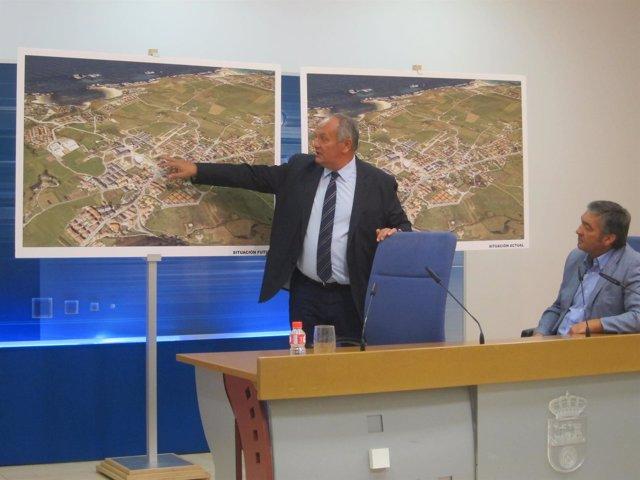 El consejero Javier Fernández explicando el caso de Piélagos