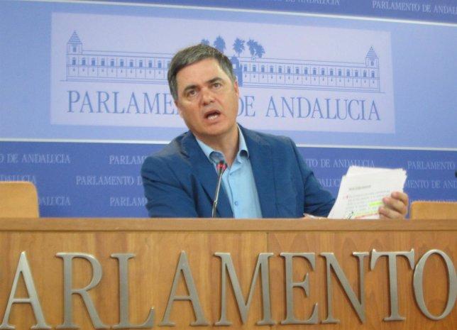 Carlos Rojas en rueda de prensa en el Parlamento