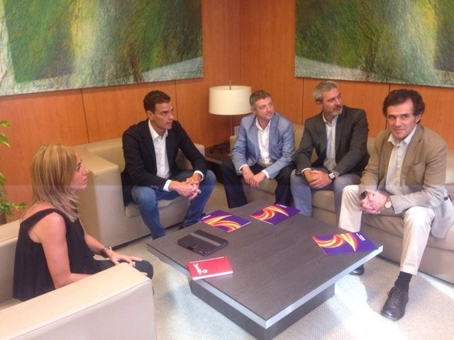 Pedro Sánchez y Carme Chacón, con miembros de Societat Civil Catalana