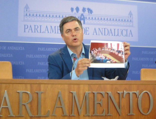 Carlos Rojas enseña una foto de la Diputación Permanente