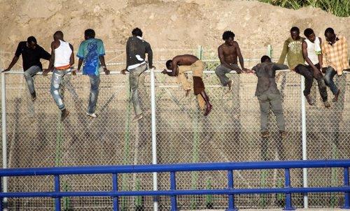 Inmigrantes africanos tratan de saltar la valla de Melilla