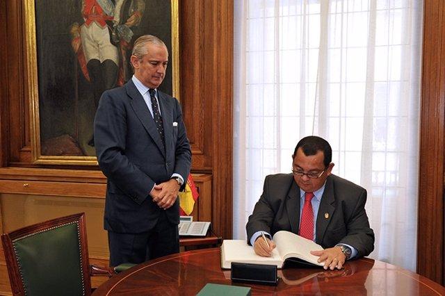 Fernández de Mesa recibe a una delegación de la Policía Nacional de Panamá